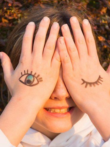 Akys ant vaiko rankų