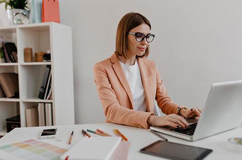 Akiniai skirti darbui biure